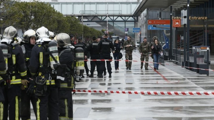 Radikál z parížskeho letiska bol v čase útoku pod vplyvom drog