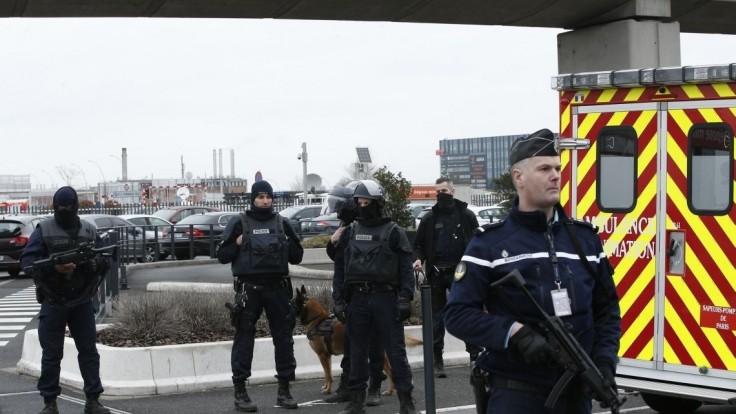 Radikál vojačku na letisku v Orly prekvapil, napadol ju odzadu