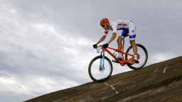 V druhej etape Cape Epic dominovala švajčiarsko-česká dvojica
