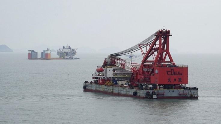 Potopený trajekt v Južnej Kórei sa pokúsia vytiahnuť z morského dna