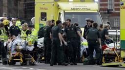 Ozbrojenec v srdci Londýna zrážal ľudí a zaútočil na políciu