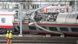 Medzinárodný vlak skončil mimo koľají, niekoľko ľudí sa zranilo