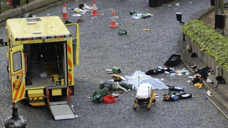 Británia má nového hrdinu. Zranenému policajtovi pomáhal politik
