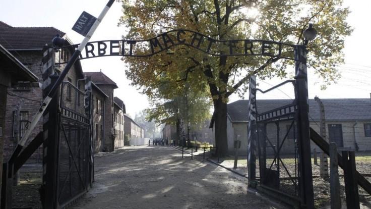 Protestujúci pred bránou Auschwitzu zabili ovcu a vyzliekli sa donaha