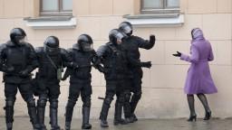 Bielorusi protestujú proti Lukašenkovi, polícia zatkla stovky ľudí