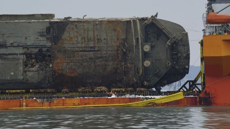 Spod potopeného vraku vyplávali pozostatky. Pozostalí vinia robotníkov