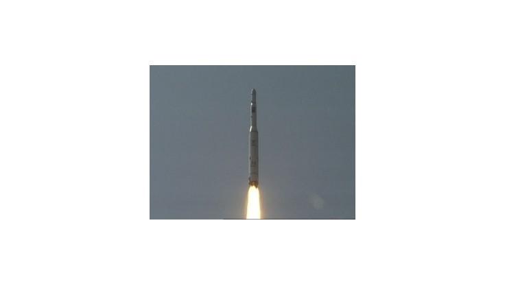 Raketa Severnej Kórey je na odpaľovacej rampe
