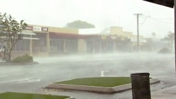Pobrežie Queenslandu museli evakuovať, v oblasti hrozia záplavy
