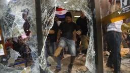 Demonštranti podpálili parlament, sú proti kontroverznej novele ústavy