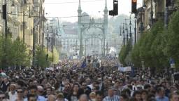 Študenti aj učitelia vyšli do ulíc, podporili Sorosovu univerzitu