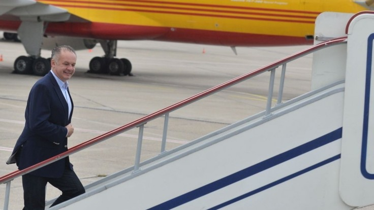 Prezident po kritike obmedzí lietanie, viac využije auto