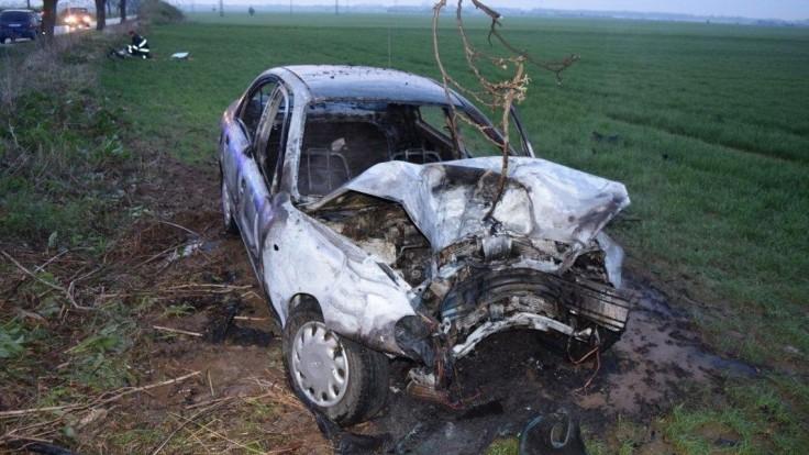 Vodič zachránil mladú ženu, vytiahol ju z horiaceho auta