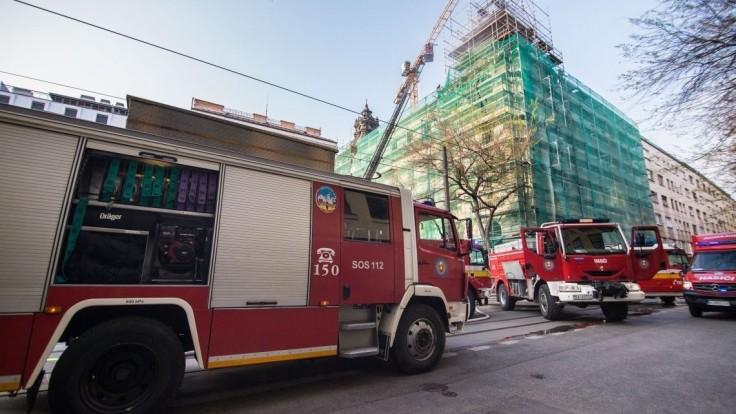 Strechu historickej budovy v centre Bratislavy zachvátil požiar