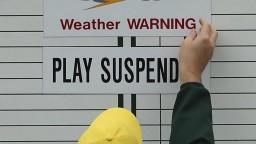 Úvod golfového turnaja poznačil dážď aj zranenie Johnsona