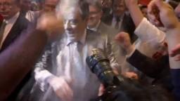 Ďalšia nepríjemnosť pre Fillona. Na mítingu ho obhadzovali múkou