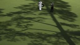 Úvodný deň najslávnejšieho golfového turnaja dopadol nečakane
