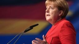Merkelová sa na zjazde jej vládnej strany ostro vymedzila voči extrémizmu