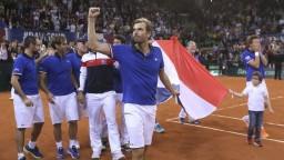 Prvú semifinálovú dvojicu v Davis Cupe utvorili Francúzi a Srbi
