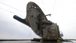 Ponorený vrak trajektu  po týždni presúvania konečne dostali na súš