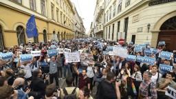 Ľudia chcú zachrániť univerzitu, v Budapešti sa zišli tisícky protestujúcich