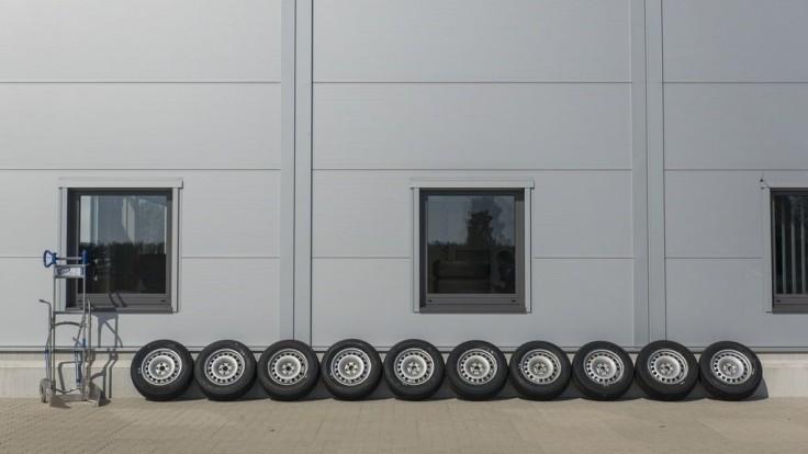 Porovnávali sme prémiové a budgetové letné pneumatiky pre kompaktné SUV rozmeru 215/65 R16