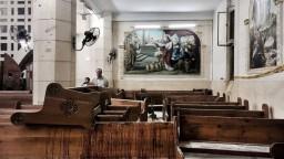 S obeťami útokov na kresťanov sa rozlúčili v zničenom kostole