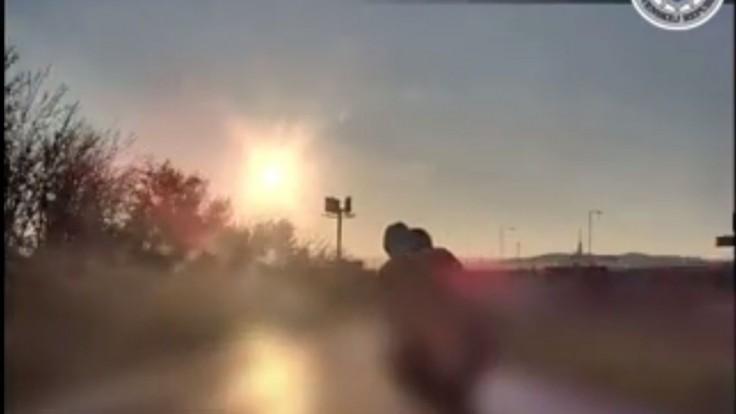 Zverejnili video delikventa na motorke, ktorý unikal polícii