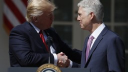 Pat sa skončil, Trumpov nominant sa stal sudcom Najvyššieho súdu