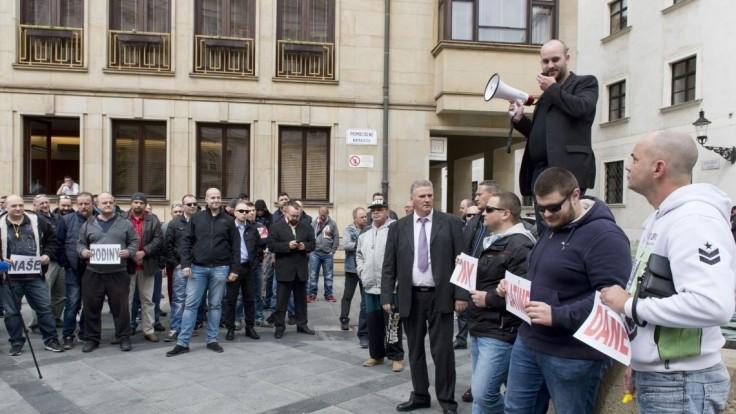 Taxikári hrozia hromadným štrajkom, ak úrady nezakročia proti aplikácii Uber