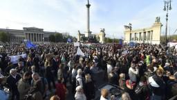 Maďari vyšli do ulíc, pred sídlom Fideszu sa ozývali protivládne heslá