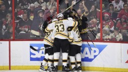 NHL: Súťaž vstúpila do vyraďovacej fázy, Boston sa ujal vedenia