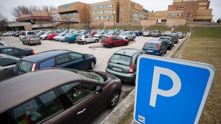 Pred nemocnicami budeme zrejme parkovať zadarmo