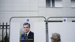 Prezidentský boj vo Francúzsku sa zamotáva, šance sú vyrovnané