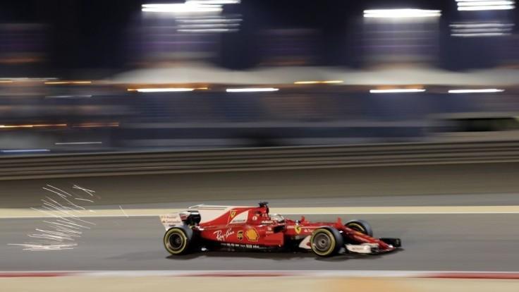 V Bahrajne je zatiaľ najrýchlejší Vettel, vyhral oba tréningy