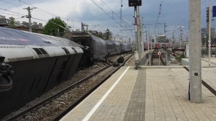 Na viedenskej stanici sa zrazili vlaky, vozeň skončil mimo koľají