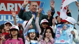Trest smrti či boj proti teroru. Čo sľubuje Erdogan Turkom?