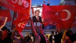 Turci si vybrali viac moci pre Erdogana, opozícia hovorí o podvodoch