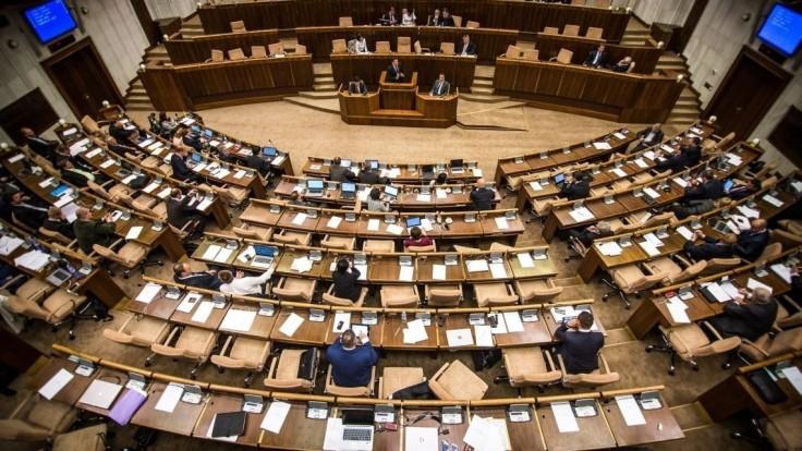 Aký je najčastejší dôvod absencie poslancov na zasadnutí pléna?