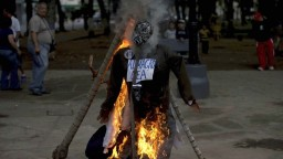 Venezuelčania si prispôsobili veľkonočné zvyky, pálili figuríny politikov