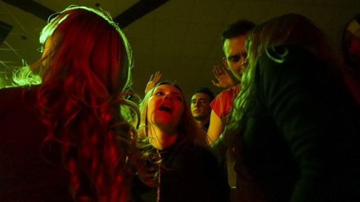 Nebezpečná látka zranila hostí v nočnom klube. Evakuovali stovky ľudí