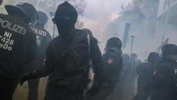 Dvesto fanúšikov polícia zatkla pred futbalovým zápasom v Nemecku