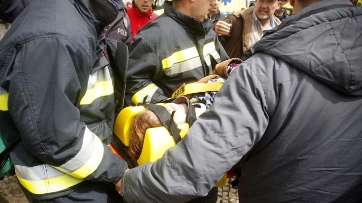 Po explózii vo vzduchu sa na parkovisko zrútilo lietadlo, zomrelo päť ľudí