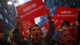 V Turecku vypukli protesty, ľudia reagovali na výsledky referenda