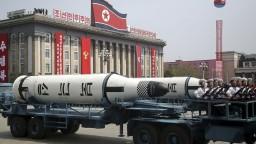 Severná Kórea chce testovať ďalšie rakety, USA varujú pred zásahom