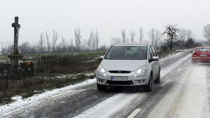 Zima sa vracia, dopravu na severe skomplikoval sneh