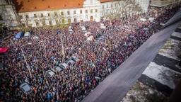 Účastníci Veľkého protikorupčného pochodu zaplnili Námestie SNP
