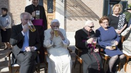 Emeritný pápež oslávil 90. narodeniny. Doprial si bavorské pivo