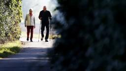 Starodôchodcovia si finančne polepšia, vláda schválila zmeny