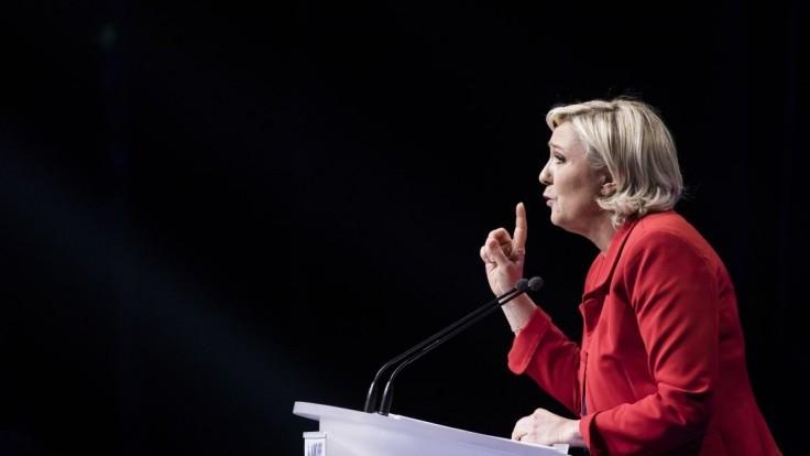 Odstráňte európsku vlajku, žiadala Le Penová v televízii. Vyhoveli jej