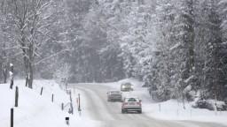 Zima je späť. Sneh komplikoval dopravu najmä na horských priechodoch